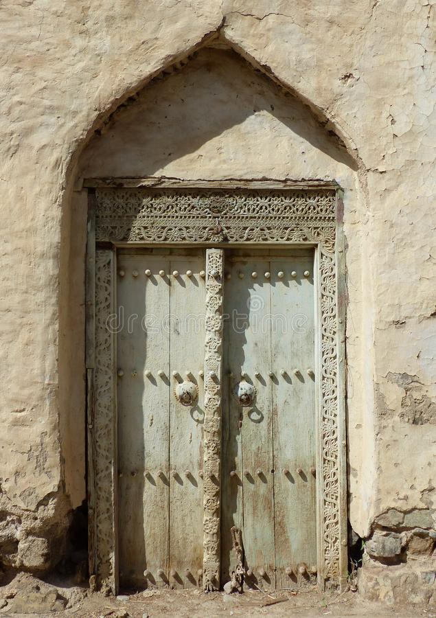 Alter Eingang in Al Minzafah, Oman lizenzfreie stockfotos