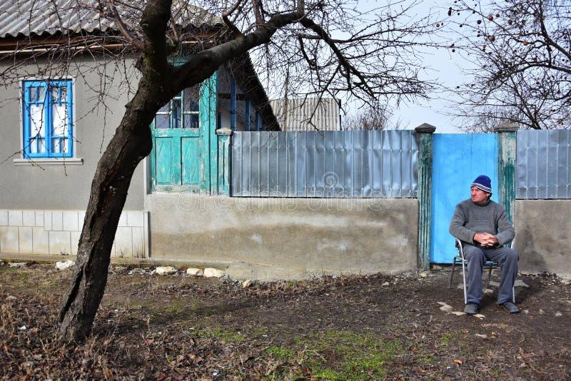 Alter Einwohner vor einem alten Haus von Jurilovca lizenzfreie stockbilder
