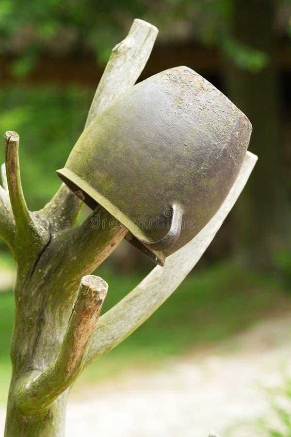 Alter Eisentopf auf der Stange lizenzfreie stockbilder