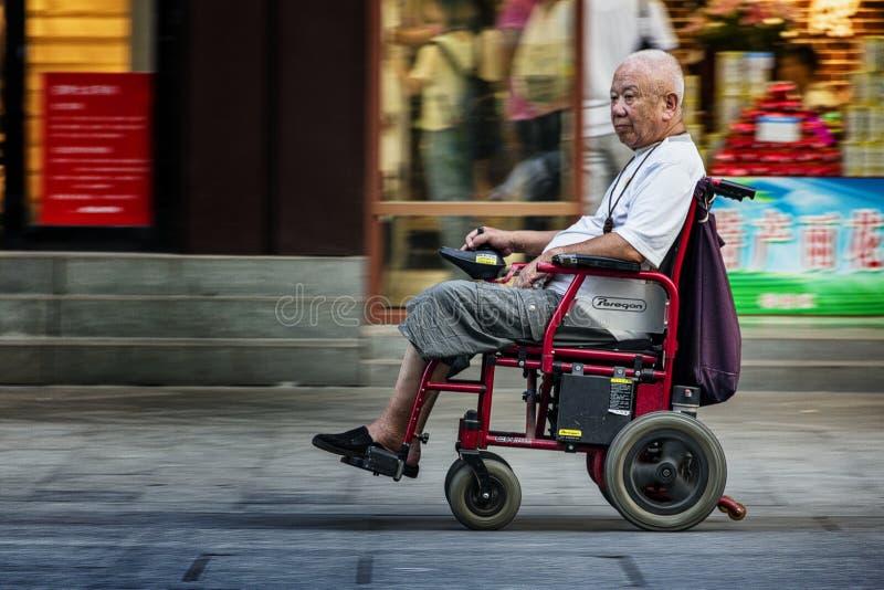 Alter elektrischer Rollstuhl stockbild