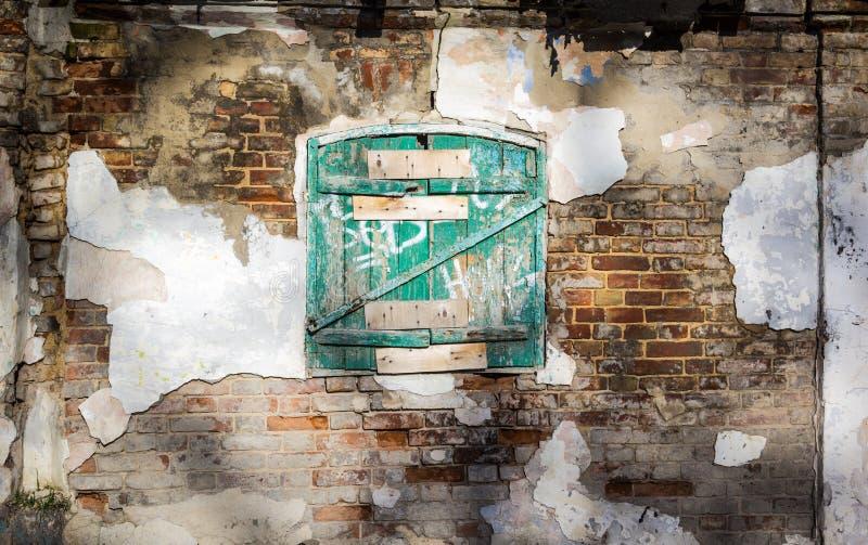 Alter Entkerner und Holz Alte hölzerne Fensterfensterläden geschlossen lizenzfreies stockbild