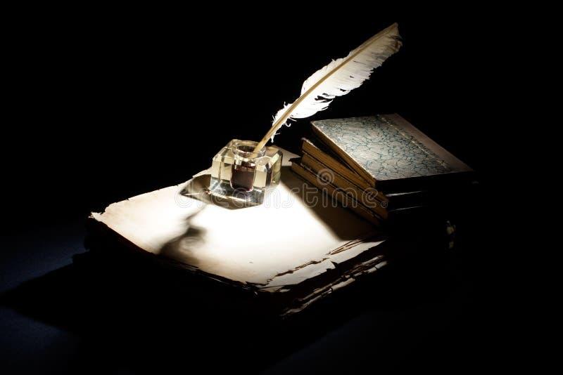 Alter Füllfederhalter Papiere, Tintenfaß auf einem schwarzen Hintergrund lizenzfreie stockbilder