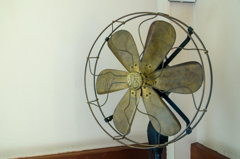 Alter Fan gelegt in die Ecke stockbild