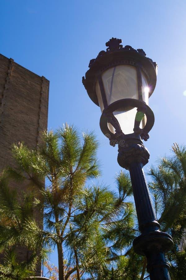 Alter fasioned Straßenlaterneagains blauer Himmel in Barcelona lizenzfreies stockfoto