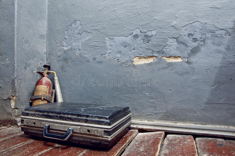 Alter Feuerlöscher und ein Koffer lizenzfreie stockfotos
