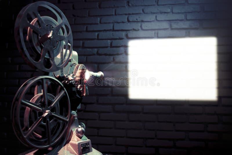 Alter Filmprojektor mit drastischer Beleuchtung stockbilder