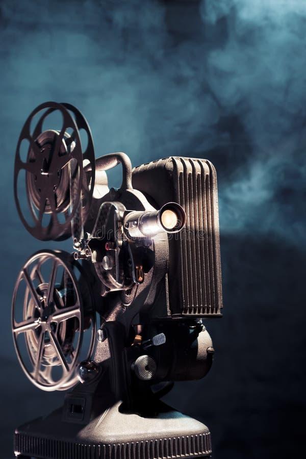 Alter Filmprojektor mit drastischer Beleuchtung stockfotografie
