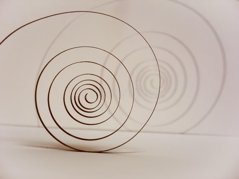alter Frühling auf dem Pendel in Form einer Spirale ist das Herz der Uhr stockbilder