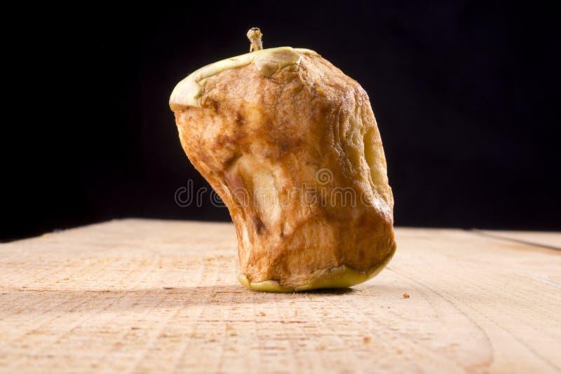 Alter gebissener Apfel stockfoto