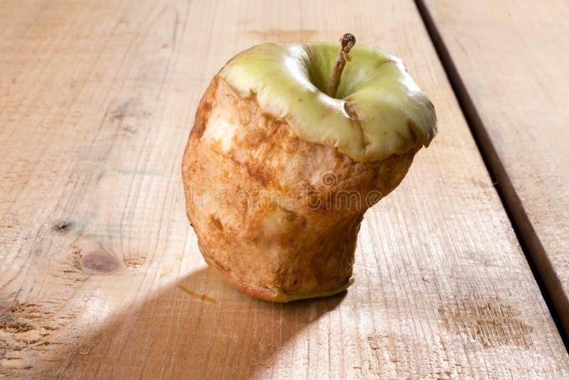 Alter gebissener Apfel lizenzfreie stockbilder