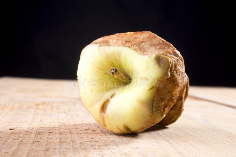 Alter gebissener Apfel lizenzfreies stockfoto