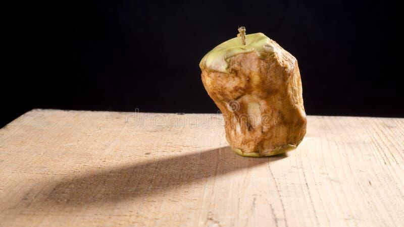 Alter gebissener Apfel stockfotografie