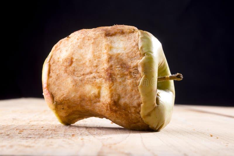 Alter gebissener Apfel stockbild