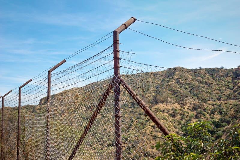 Alter gebrochener Rusty Fence lizenzfreie stockbilder