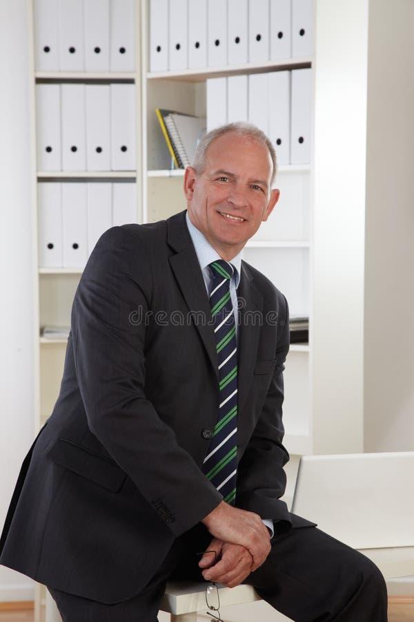 Alter Geschäftsmann im Büro stockfotos