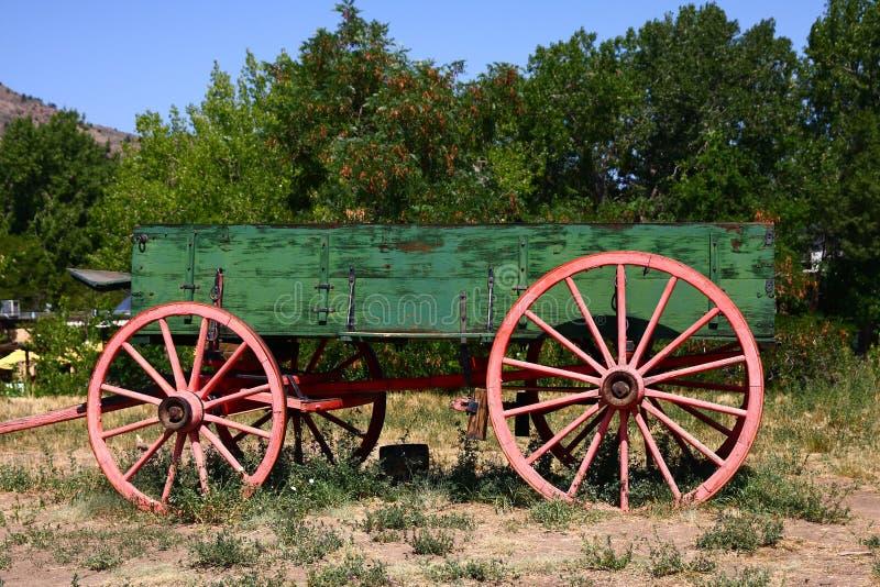 Alter grüner Lastwagen stockfoto