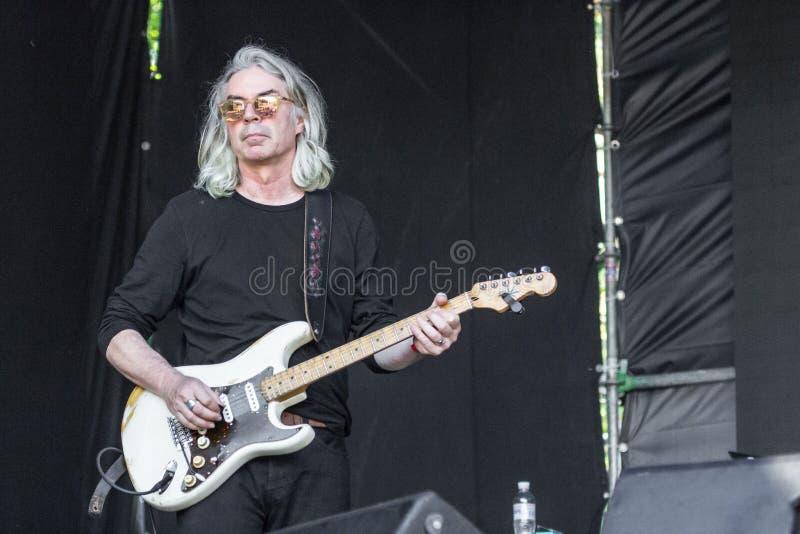 Alter grauhaariger Rocker mit Bass-Gitarre lizenzfreies stockfoto