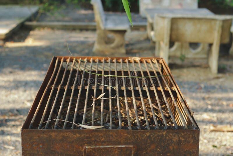 Alter Grill, der nicht verwendet und verrostet ist lizenzfreies stockfoto