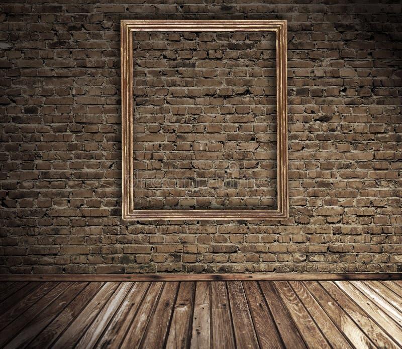 Alter grunge Innenraum mit unbelegtem Bilderrahmen stockbild