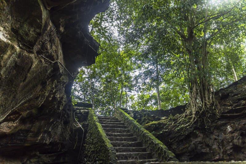 Alter Höhleneingang in Indonesien stockfotografie