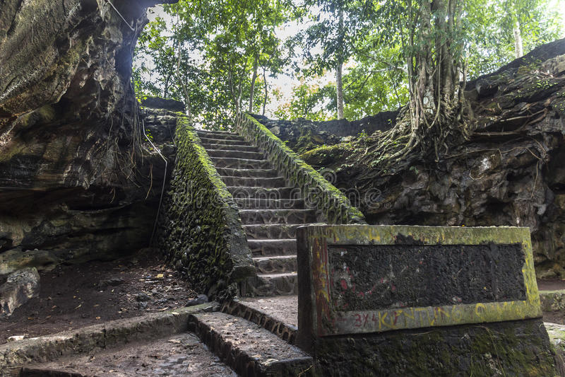 Alter Höhleneingang in Indonesien lizenzfreie stockfotos