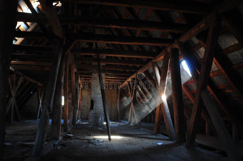 Alter hölzerner Dachboden stockbilder