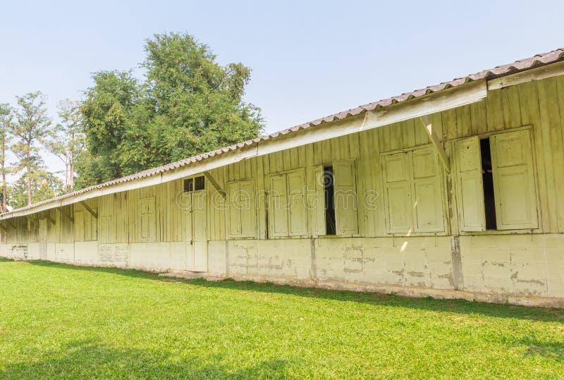 Alter hölzerner firmengebundener Sprachstil ist das Gebäude der Schule lizenzfreies stockfoto