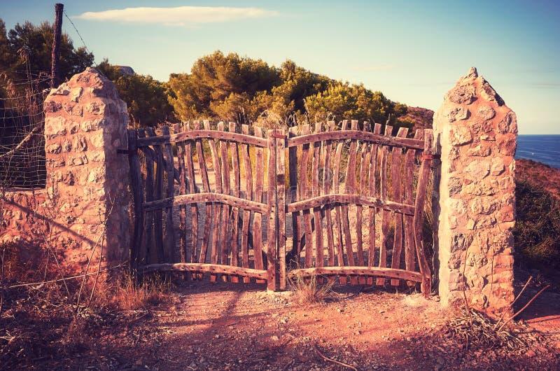 Alter hölzerner geschlossener Zaun bei Sonnenuntergang lizenzfreies stockfoto