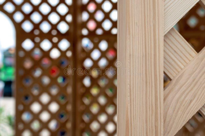 Alter hölzerner Gitterhintergrund Hölzerne Beschaffenheit des Faches Hölzerner Laubenpavillon mit Gitter stockfoto
