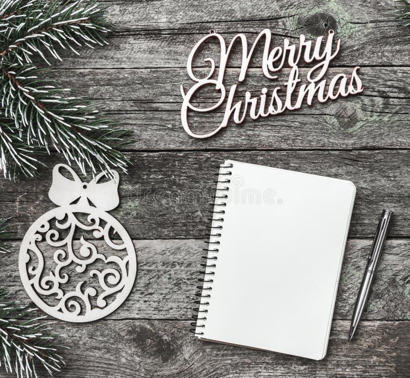 Alter hölzerner Hintergrund Aufschrift der frohen Weihnachten, Glückwunschmitteilungskarte, Tannenzweige Beschneidungspfad einges stockbilder