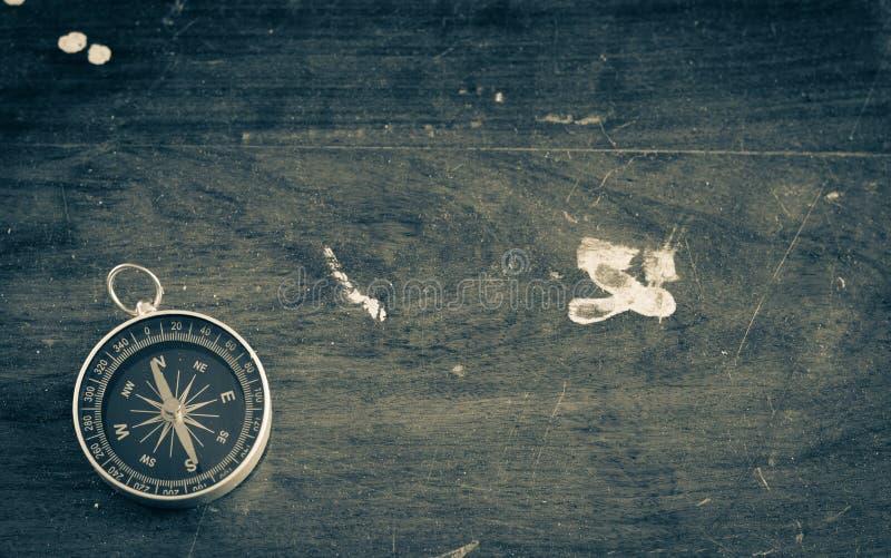 Alter hölzerner Hintergrund der Weinlese mit Kompass lizenzfreie stockfotografie
