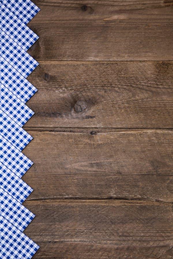 Alter hölzerner Hintergrund mit Blauem und Weiß überprüfte Grenze auf bav lizenzfreies stockfoto