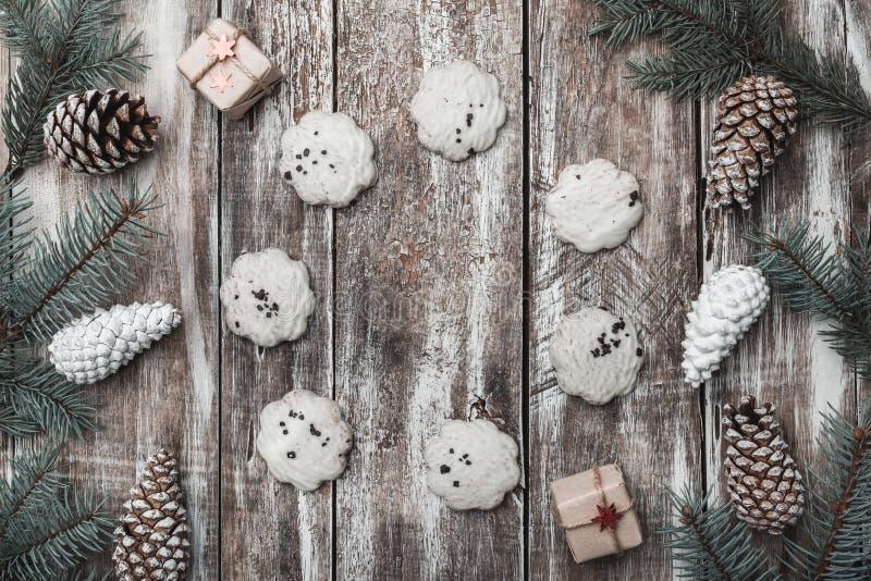Alter hölzerner Hintergrund Tannenzweige, Kegel Ein Kreis des Teegebäcks Raum für eine Feiertagsmitteilung geschenke Mit zusätzli lizenzfreie stockfotografie