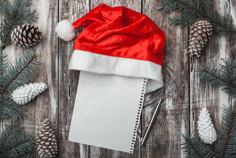 Alter hölzerner Hintergrund Tannenzweige, Kegel Weihnachtsstipendium, neues Jahr und Weihnachten Buchstabe mit Nachrichtenmenge f stockfoto