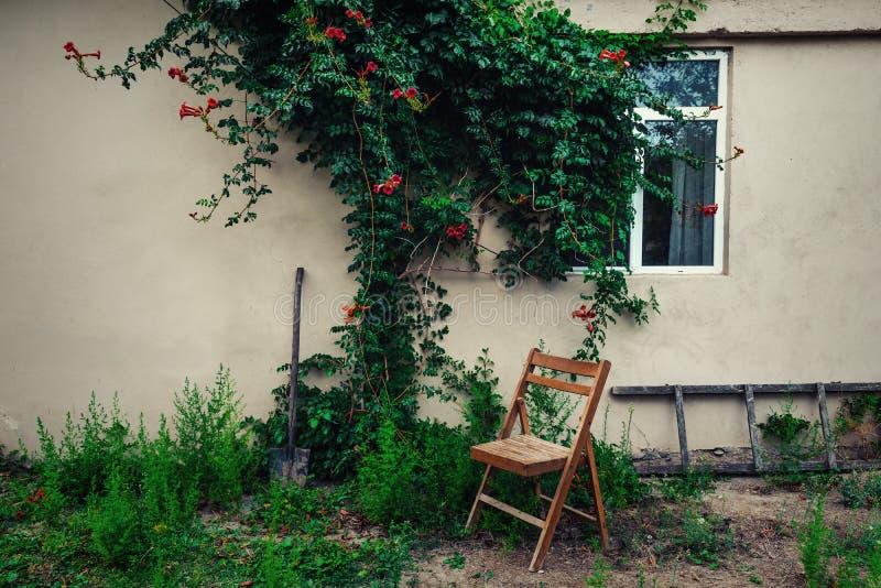 Alter hölzerner Klappstuhl im Garten stockfoto