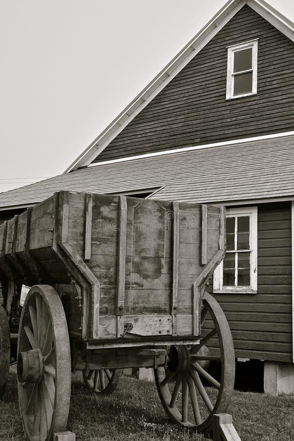 Alter hölzerner Kornlastwagen durch Getreidespeicher lizenzfreies stockbild