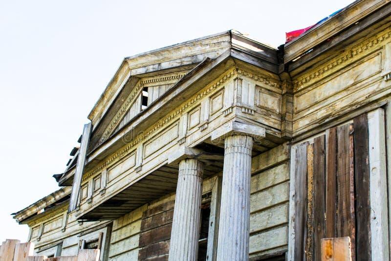 Alter hölzerner Landsitz, die Ruinen der alten Architektur Altes ruiniertes Holzhaus lizenzfreies stockfoto