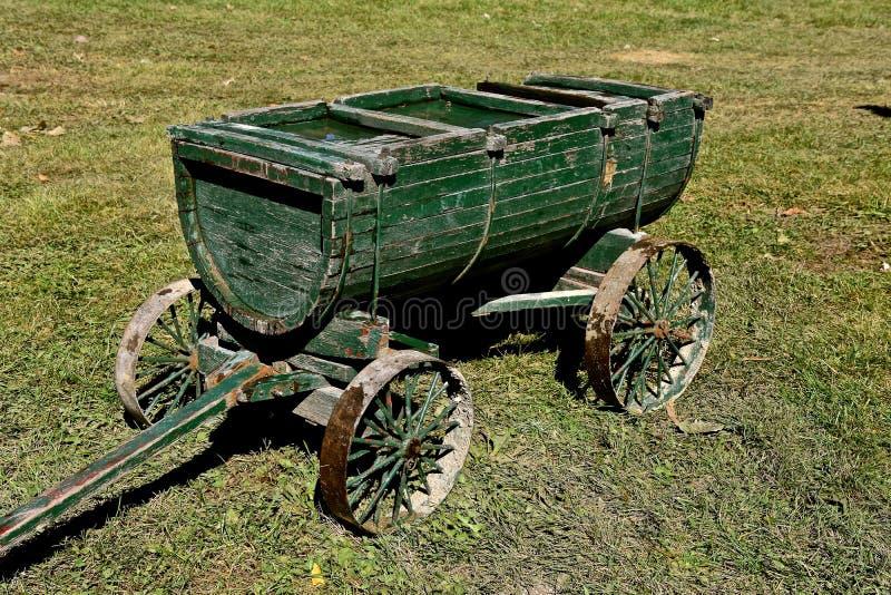 Alter hölzerner Lastwagen für das Schleppen von Flüssigkeiten stockfotos
