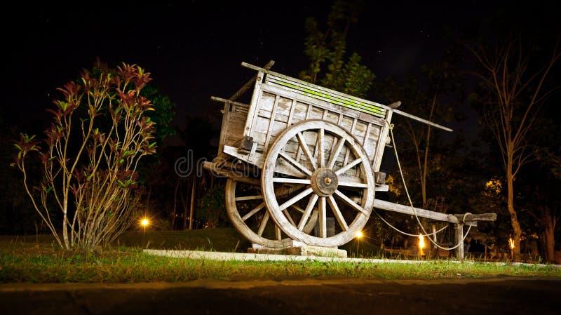 Alter hölzerner Lastwagen im Park - ursprüngliche Dekoration für landscapi stockfotografie