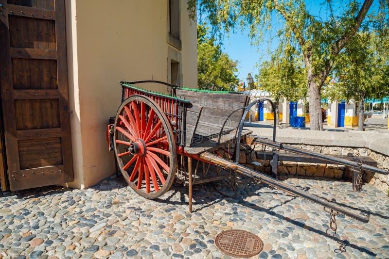 Alter hölzerner Lastwagen im weiten Westbereich von Freizeitpark Hafen Aventura in der Stadt Salou, Spanien lizenzfreies stockfoto