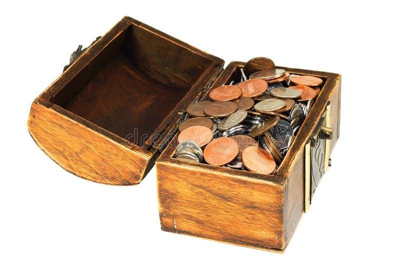 Alter hölzerner Schatzkasten voll der Münzen lizenzfreie stockfotografie