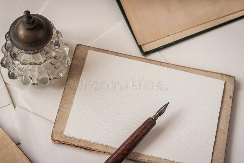 Alter hölzerner Stift mit Feder und Tintenfaß, flache Lage Weinlesehintergrund mit Kopienraum Gedächtnis und nostalgy Konzept stockfotos
