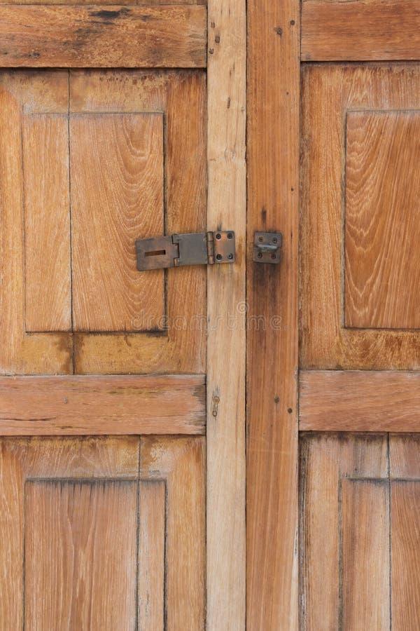 Alter hölzerner Tür-nicht Schlüsselverschluß stockfoto