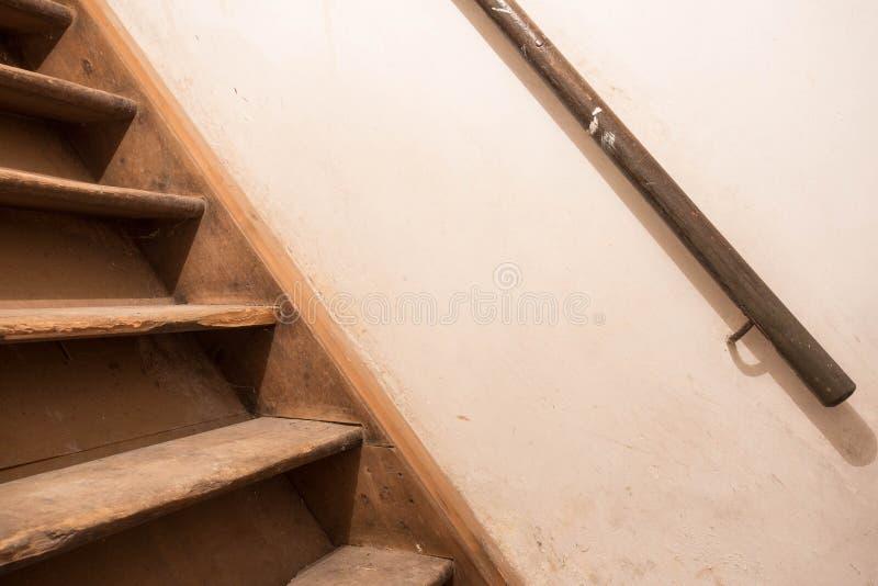 Alter hölzerner Treppenkeller stockbild