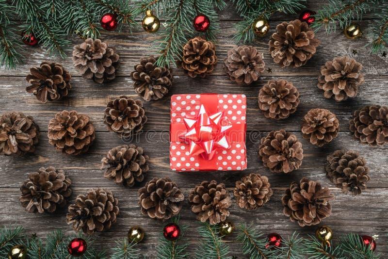 Alter hölzerner Weihnachtshintergrund Tannenzweige mit Flitter und Goldsternen Kegel in Form eines Kreises stockbilder