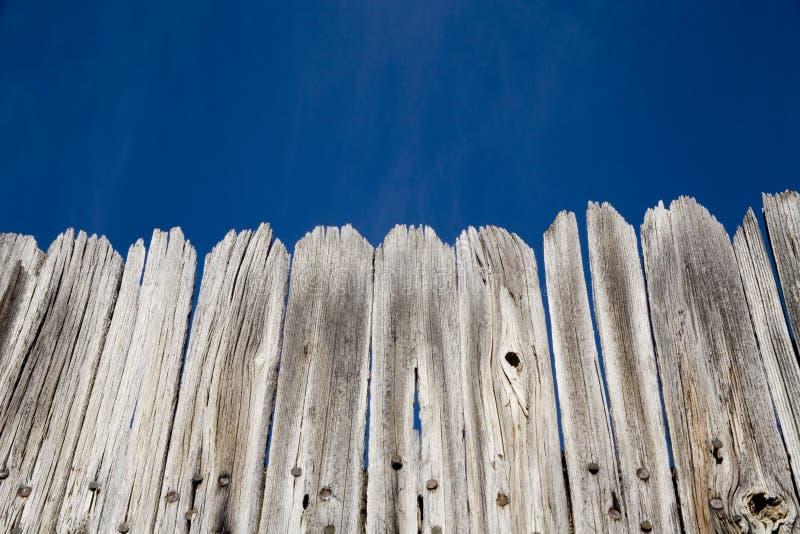 Alter hölzerner Zaun und heller blauer Himmel lizenzfreie stockfotos