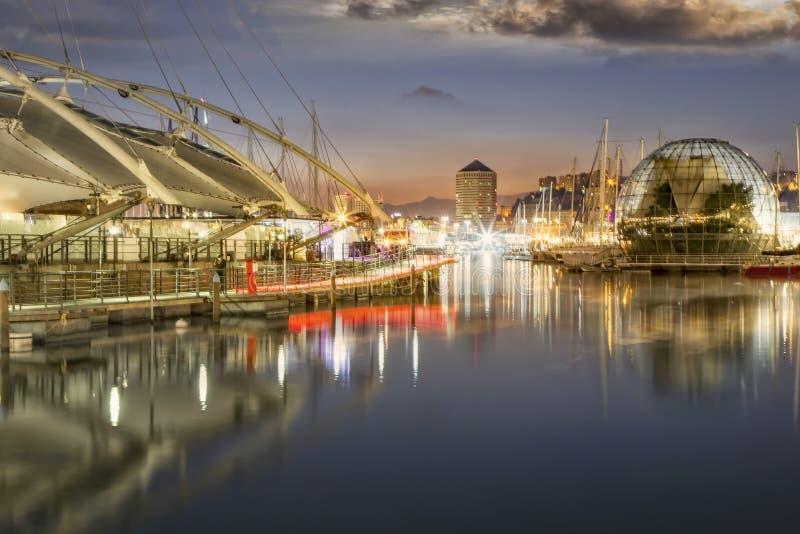 Alter Hafen, Genua nachts mit Reflexionen stockfotografie