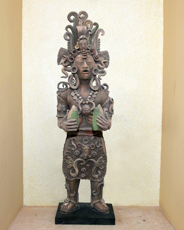 Alter haltener Mayamais der Lehmstatue stockfotografie