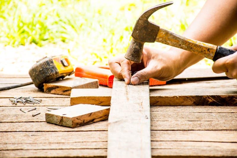 Alter Hammer des Hintergrund-Handwerkerwerkzeugs mit Maßband und kleinen Nägeln und Ansicht der Säge und des Arbeitens im Freien  stockfotos
