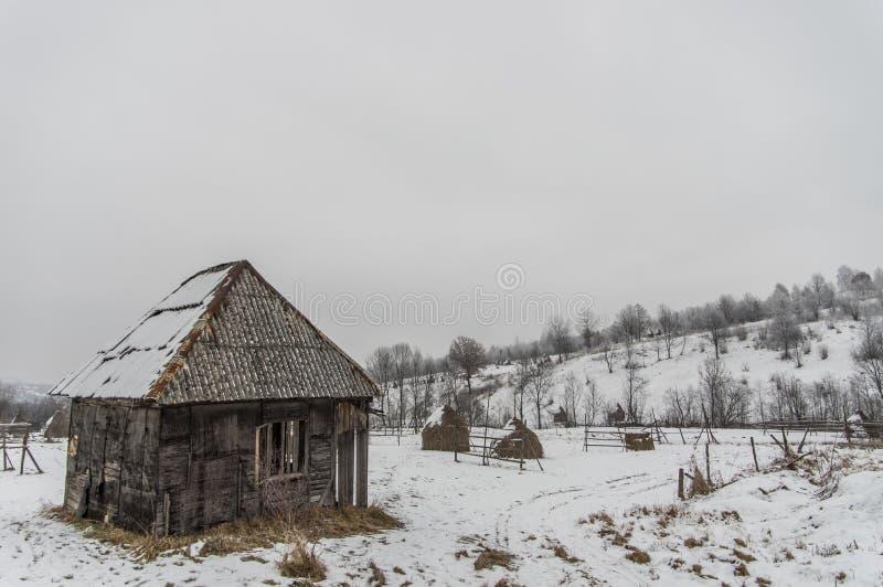 Alter Hangar im Schnee stockfotos